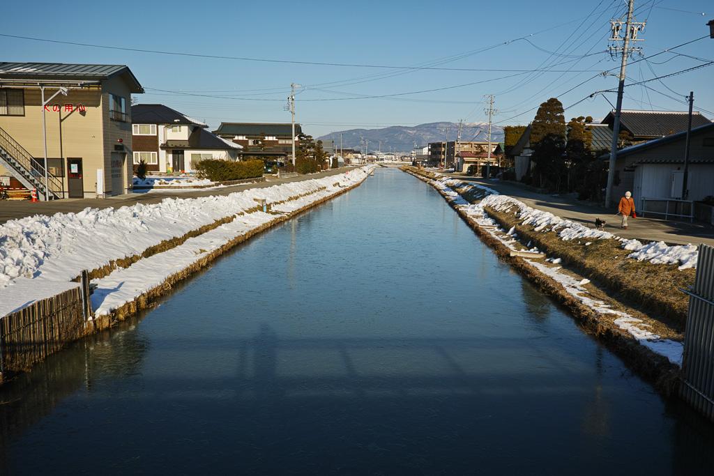 川が凍ってる
