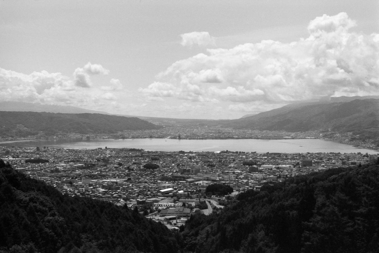 展望台から諏訪湖を望むいつもの風景