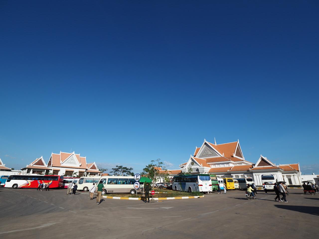 青い空にオレンジの屋根
